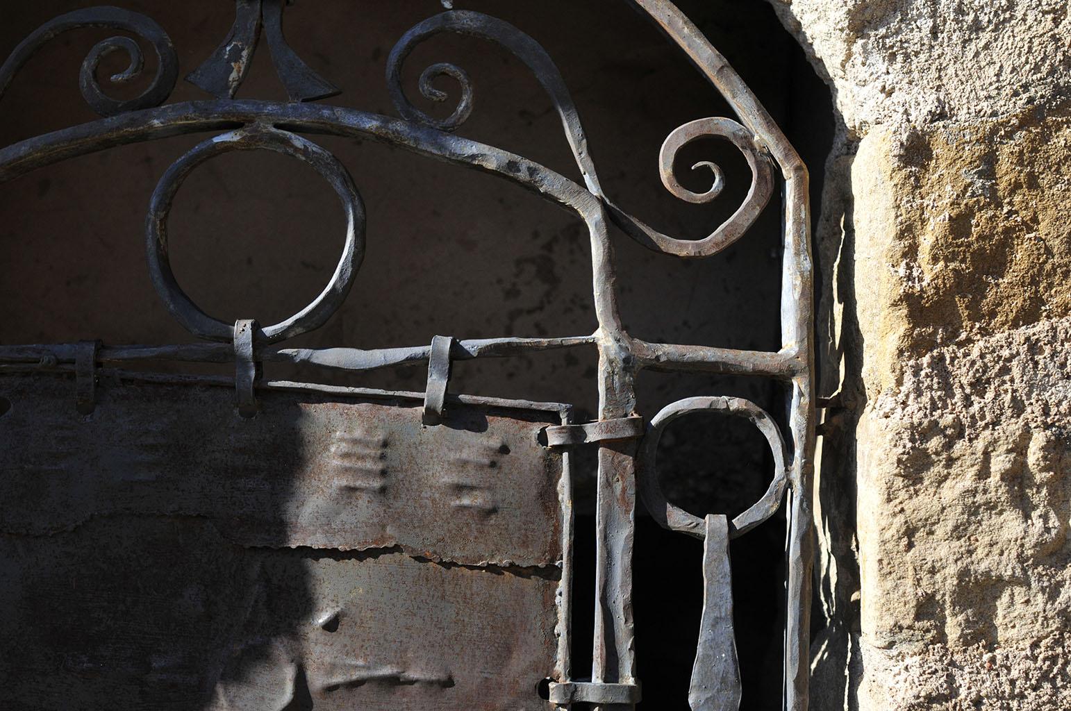 南仏のレザルクで見たアイアンの門扉
